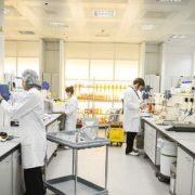 Laboratoria voorzien met antibacteriële coating