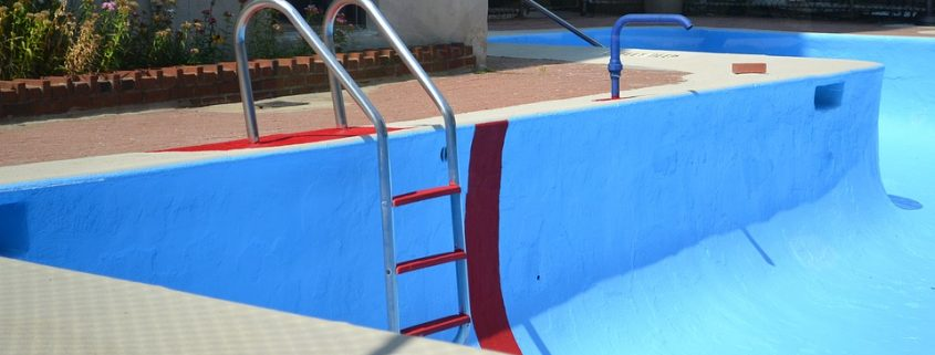 betonnen-zwembad-blauwe-polyurthaan-coating