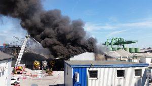 brand-fabriek-brandweer-blussen-rook
